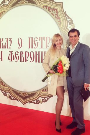 """С женой, поэтессой Полиной Сигал, на премьере мультфильма """"Сказ о Петре и Февронии""""."""